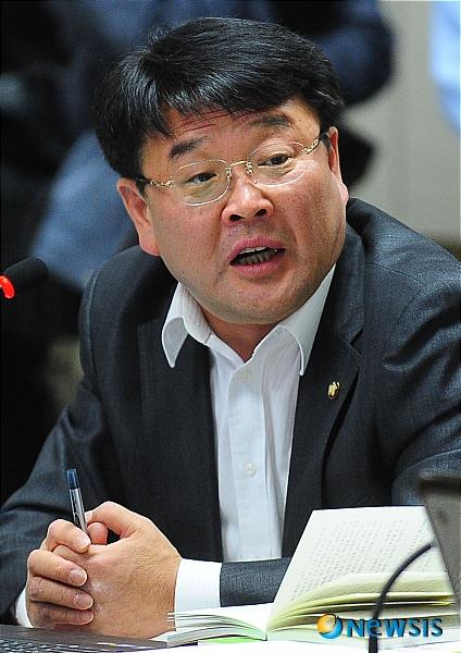 http://i2.media.daumcdn.net/photo-media/201107/26/newsis/20110726142228355.jpg