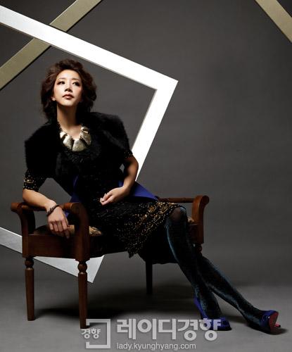 d117fe83d40 스팽글 장식 바로크 스타일 블랙 드레스 가격미정, 제이미앤벨. 블루 무스탕 베스트 가격미정, AIX. 볼드한 골드 목걸이 가격미정,  도니아.