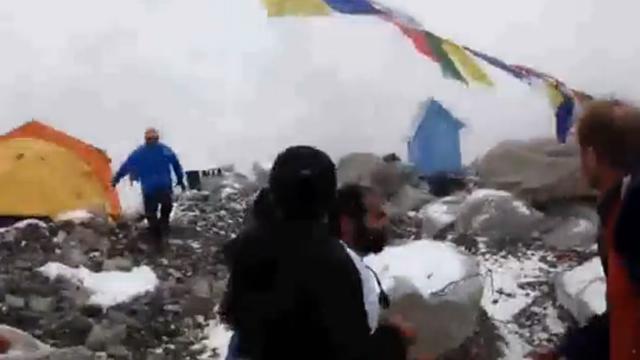 네팔 지진으로 생긴 눈사태