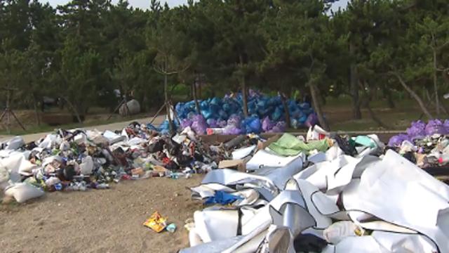 쓰레기장을 방불케 한 해수욕장