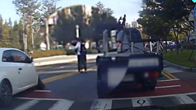 할머니 업고 달린 트럭 운전자