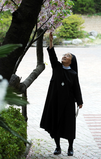 """[김석종이 만난 사람]이해인 수녀 """"미운 사람도 사랑하는 것이 예수님 부활의 가르침이죠"""""""