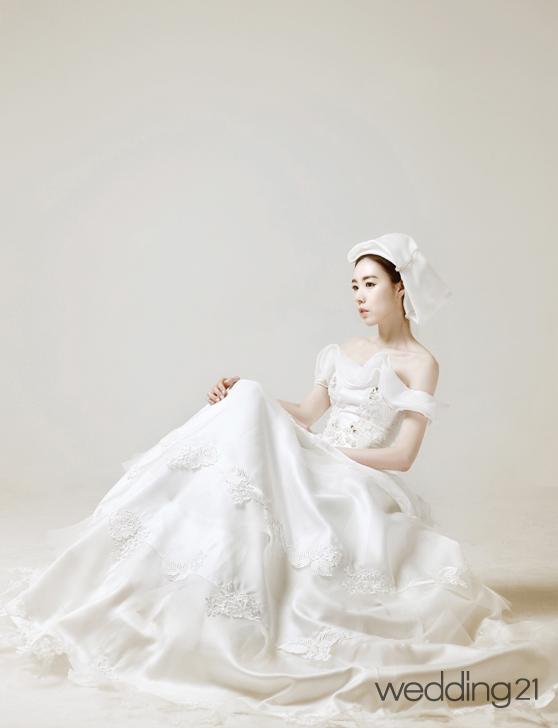 조윤by조윤과 가수 간미연의 절제된 포트레이트