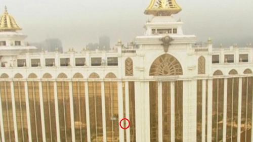 33층짜리 건물 기어오르는 살아있는 스파이더맨 영상..'아찔'