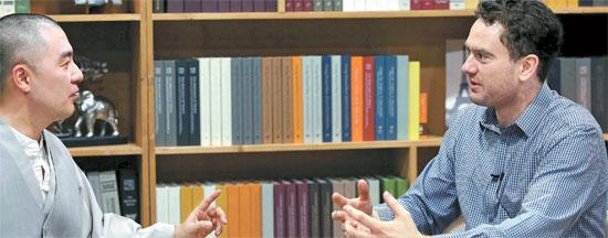미래 계획에 대해 묻자 다니엘 튜더(오른쪽)는 서울에서 친구들과 같이 운영하는 맥줏집 '더 부스'와 영국에서 공동 설립한 독립언론매체 '바이라인'이 자리 잡으면 한국으로 돌아와 노인들을 위해 뭔가 좋은 일을 하고 싶다고 말했다. [오종택 기자]